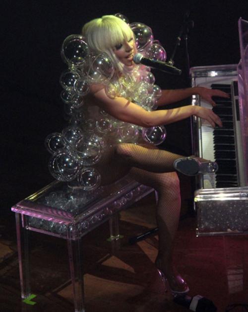 Но пока запуск модной линии в будущем, Леди Гага будоражит воображение модниц экстравагантными нарядами.